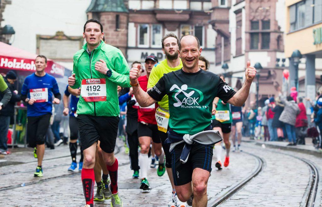 Freiburg Marathon: Altstadt mit Martinstor